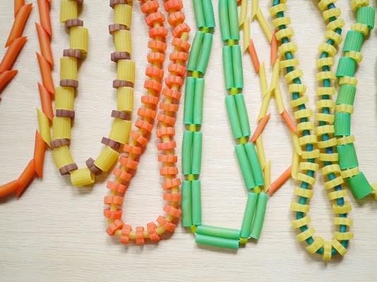 Collar de macarrones de colores DIY