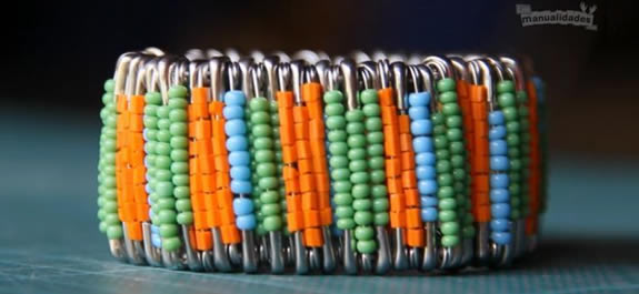 Pulsera de imperdibles de colores