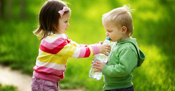 Reglas esenciales para enseñar a tu hijo a compartir